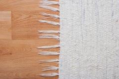 与白色地毯的地板 免版税库存图片