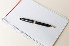 与白色垫或笔记薄的黑笔 免版税图库摄影