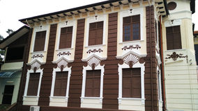 与白色墙壁样式的木制框架窗口 免版税库存照片