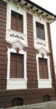 与白色墙壁样式的木制框架窗口 库存图片