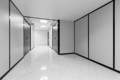 与白色墙壁的抽象空的办公室内部 库存图片