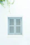 与白色墙壁的灰色窗口 库存图片