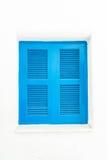 与白色墙壁的蓝色窗口 图库摄影