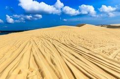 与白色多云和蓝天的白色沙丘 库存照片