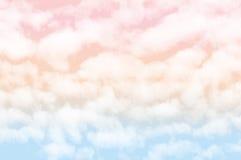 与白色多云的淡色天空 图库摄影