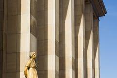 与白色大理石柱的古典妇女雕象在backgrou 免版税库存图片