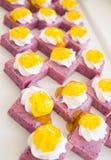 与白色奶油和果酱的甜莓果蛋白牛奶酥 许多摆正片断 库存照片