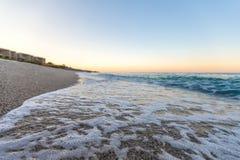 与白色小卵石的热带海滩在阿尔巴尼亚 爱奥尼亚海 库存照片
