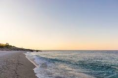 与白色小卵石的热带海滩在阿尔巴尼亚 爱奥尼亚海 免版税图库摄影