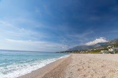 与白色小卵石的热带海滩在阿尔巴尼亚 爱奥尼亚海 库存图片