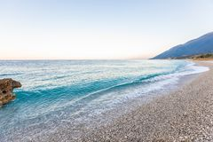 与白色小卵石的热带海滩在阿尔巴尼亚 爱奥尼亚海 免版税库存图片