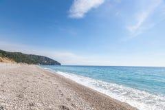 与白色小卵石的热带海滩在阿尔巴尼亚 爱奥尼亚海 免版税库存照片