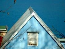 与白色屋顶的蓝色村庄 库存图片
