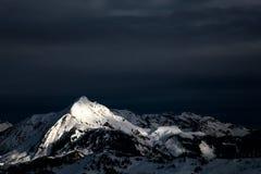 与白色山的黑暗的云彩 免版税库存图片