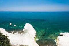 与白色峭壁和蓝色海的美丽的海滩 免版税库存照片