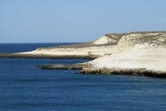 与白色峭壁的海角在海洋 库存照片