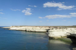 与白色峭壁的海角在海洋 免版税库存照片