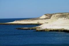 与白色峭壁的海角在海洋 免版税库存图片