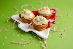 与白色巧克力奶油的杯形蛋糕 免版税图库摄影