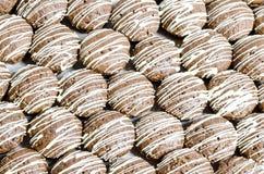 与白色巧克力条纹的熊曲奇饼 免版税库存照片