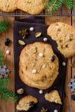 与白色巧克力片、开心果和干樱桃的耐嚼和嘎吱咬嚼的曲奇饼 库存照片
