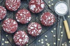 与白色巧克力片的红色天鹅绒皱纹曲奇饼 免版税库存图片