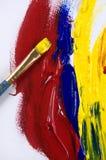 与白色帆布的一支黄色画笔 免版税库存照片