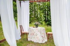 与白色帷幕的室外眺望台 婚礼装饰 免版税库存图片