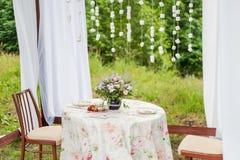与白色帷幕的室外眺望台 婚礼装饰 库存照片