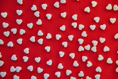 与白色心形的药片的红色背景 爱和健康概念 免版税库存图片