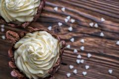 与白色心脏的甜巧克力点心在木背景、华伦泰或者婚宴喜饼,爱 免版税图库摄影