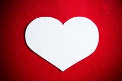 与白色心脏的红色背景没有文本在情人节 库存照片