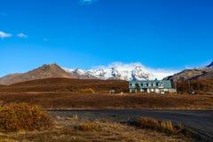 与白色房子的冰岛风景 库存照片