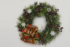 与白色房子的圣诞节树花圈 库存照片