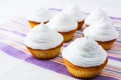 与白色打好的奶油的甜杯形蛋糕 免版税库存图片