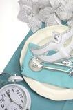 与白色拷贝空间的水色蓝色题材典雅的新年快乐餐桌餐位餐具 库存照片
