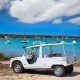 与白色敞篷车减速火箭的福门特拉岛埃斯塔尼des Peix 库存照片