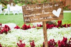 与白色文字和白色心脏的木标志 库存图片