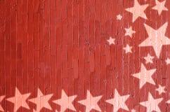 与白色星的圣诞节边界在红砖墙壁上 免版税库存图片