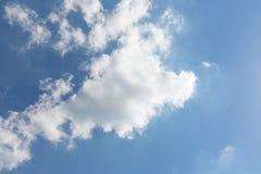 与白色春天云彩的晴朗的天空蔚蓝 库存照片