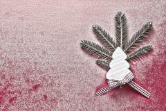 与白色木圣诞树的圣诞节装饰在红色斯诺伊背景 复制空间墙纸 袋子看板卡圣诞节霜klaus ・圣诞老人天空 库存图片