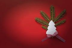 与白色木圣诞树的圣诞节装饰在红色背景 复制空间墙纸 袋子看板卡圣诞节霜klaus ・圣诞老人天空 免版税库存照片