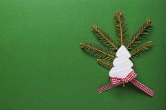 与白色木圣诞树的圣诞节装饰在绿色背景 复制空间墙纸 袋子看板卡圣诞节霜klaus ・圣诞老人天空 库存照片