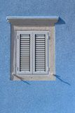 与白色木快门的闭合的窗口关闭垂直 免版税库存照片