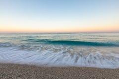与白色木瓦的热带海滩在阿尔巴尼亚 爱奥尼亚海 免版税图库摄影