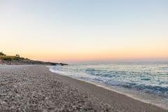 与白色木瓦的热带海滩在阿尔巴尼亚 爱奥尼亚海 图库摄影