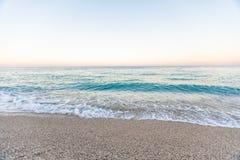 与白色木瓦的热带海滩在阿尔巴尼亚 爱奥尼亚海 库存照片