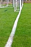 与白色条纹和门的橄榄球场 图库摄影