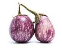 与白色条纹的两个紫罗兰色茄子 图库摄影