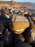 与白色条纹的岩石在大瑟尔 免版税库存照片